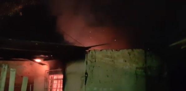 Babaca: homem incendeia casa da ex e dança para comemorar o crime em Corumbá