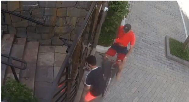 Arriscando a vida, jovem joga celular pelo portão para evitar assalto