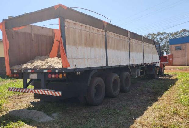 Motorista foge e abandona caminhão com quase 3t de maconha na região de fronteira