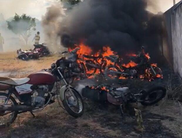 Crianças de 9 e 10 anos jogam bomba e incendeiam motos