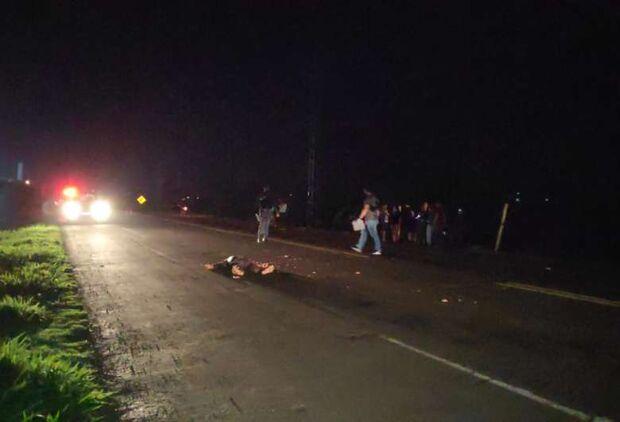 Pedestre morre após ser atropelado por carro de passeio e carreta