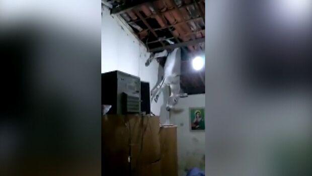 Endoidou? Homem sobe em telhado e depois tenta bater em PMs no Taquarussu