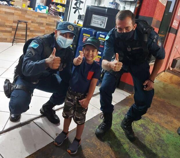 Menino de 6 anos apaixonado pela polícia ganha visita e passeio na viatura da PM