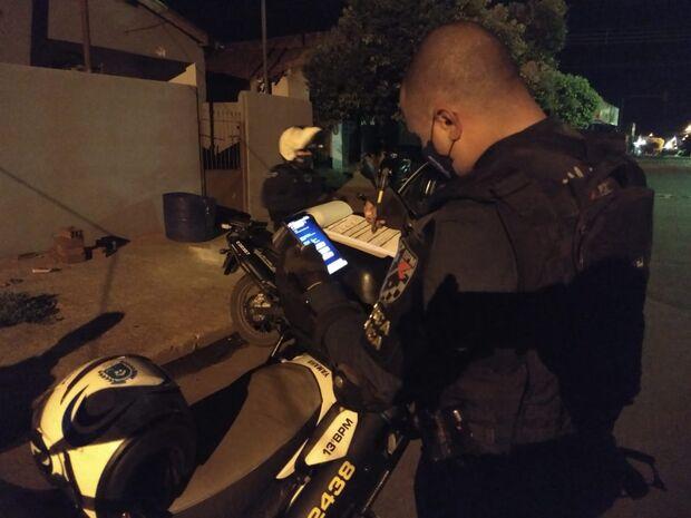 Motociclista sem CNH foge na contramão, deixa passageiro cair e acaba preso