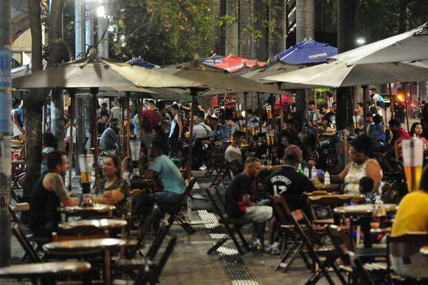 'Cidadão não, servidor público federal': homem rebate fiscal em bar