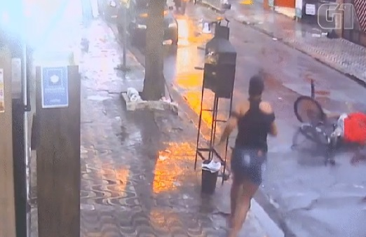 Após derrubar ladrão com guarda-chuva, mulher recupera celular
