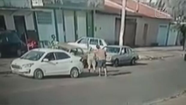 Homem dá voadora em mulher após discussão no trânsito
