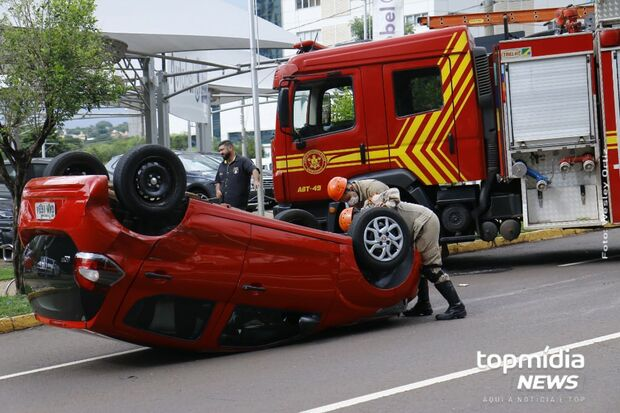 Carro é atingido por motorista que furou sinal vermelho e capota na Afonso Pena