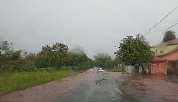 Vídeo: chuva forte provoca pontos de alagamento na Thyrson de Almeida