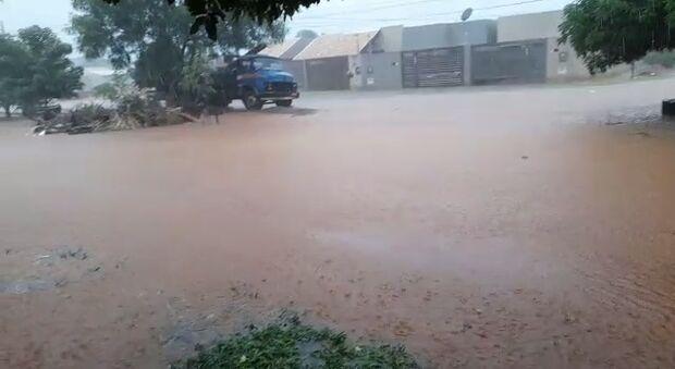 Vídeo: morador quer barco para andar em dia de chuva no Nova Campo Grande