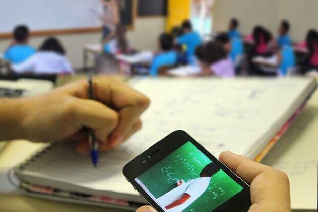 Lição de vida: professor pede celulares para alunos do Pênfigo estudarem em casa