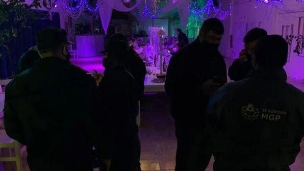 Policiais interrompem festa de swing e acabam confundidos com strippers na Argentina
