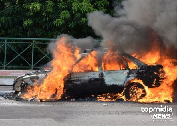 Homem incendeia carro por dívida de R$ 50 em Jardim