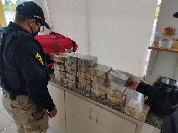 Passageiro é flagrado com malas recheadas com dólares em Campo Grande