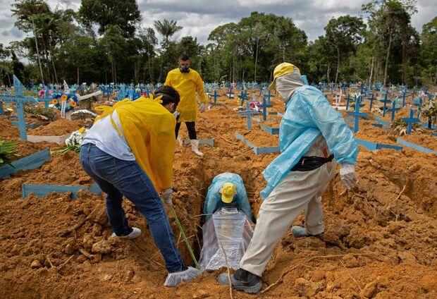 Em dia de distribuição de vacinas, Brasil chega a 210 mil mortos pela covid-19