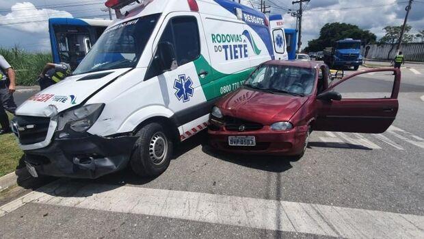 Depois de bater o carro, homem rouba ambulância e na fuga atinge carro e poste em SP