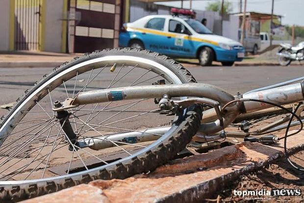 Criança cai da cadeirinha de bicicleta do pai e morre atropelada por ônibus