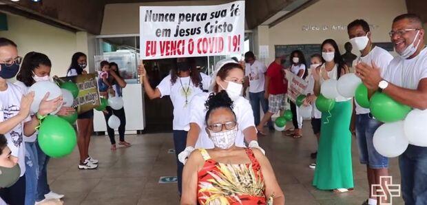 Vídeo: dona Joana vence a covid e é recebida ao som de louvores em Campo Grande