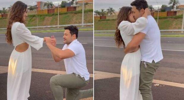 Romântico, João Bosco para carro em rodovia e pede namorada em casamento
