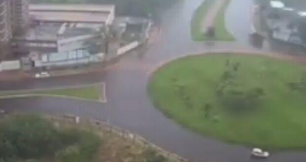 Vídeo mostra em câmera acelerada alagamento da rotatória da Rachid Neder com Ernesto Geisel