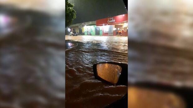Vídeo: após chuva, rua Cachoeira do Campo fez jus ao nome e enxurrada formou ondas no Caiobá
