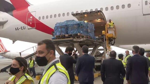 Com presença de Pazuello, avião com 2 milhões de doses de vacina pousa em Guarulhos