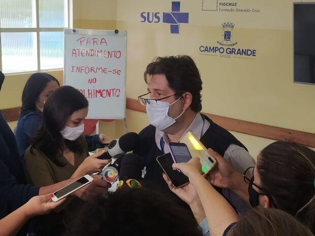 """Vacinação dos profissionais de saúde é """"reconhecimento por salvar vidas"""", diz secretário"""