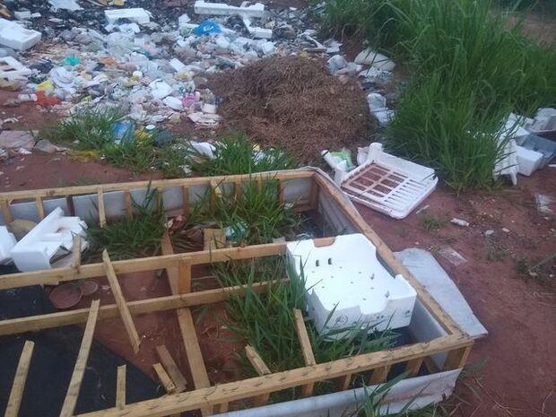 De móveis velhos a lixo, rua próxima a shopping vira 'ponto de descarte' no Nova Lima