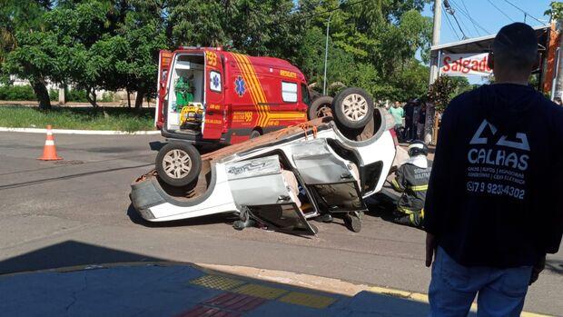 Repórter Top: carro capota e mulher fica presa em veículo na Mata do Jacinto