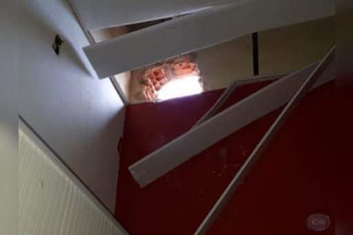 Moradora tem prejuízo de R$ 3,7 mil após bandido invadir casa pelo forro