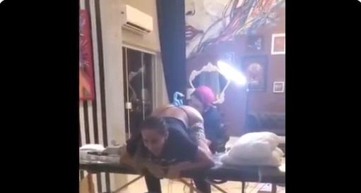 Vídeo: de 'quatro', Anitta faz tatuagem no ânus e grita de dor