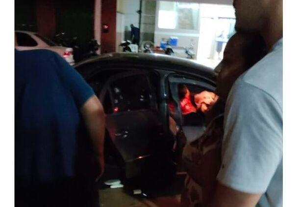 Dois homens são executados a tiros dentro de carro na fronteira