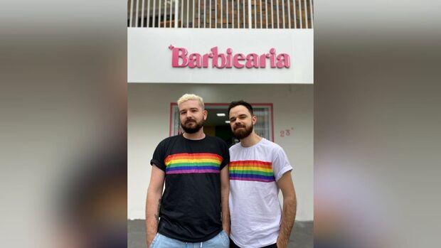 """Casal cria """"Barbiearia"""" para evitar situações de homofobia"""
