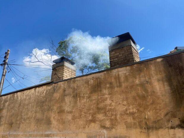 Vídeo: fumaça de restaurante invade casa no Taveirópolis e dono lamenta pelas crianças com bronquite
