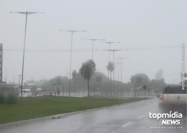 Chuva chega e alivia calorão em Campo Grande