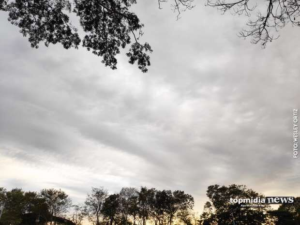 Nuvens carregadas aparecem, mas não chove hoje em Campo Grande