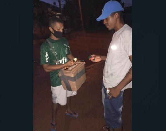 Pintor de mão cheia, Isaque vende bombons nas 'horas vagas' para esposa tirar CNH