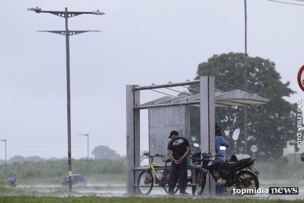 Dupla de 'bike' faz arrastão e leva celular de jovem em ponto de ônibus em Dourados