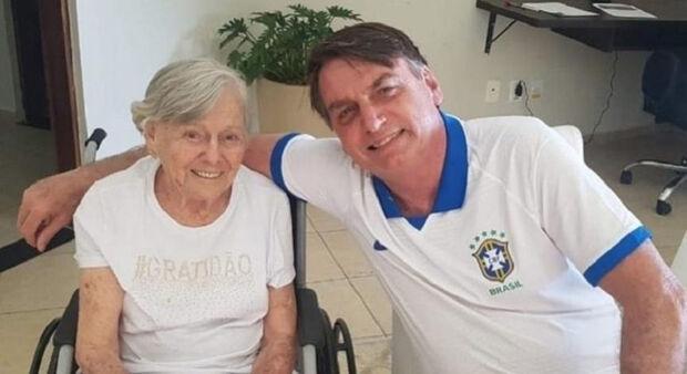 Bolsonaro vacina a mãe e esconde carteirinha, mas segue negacionista no discurso