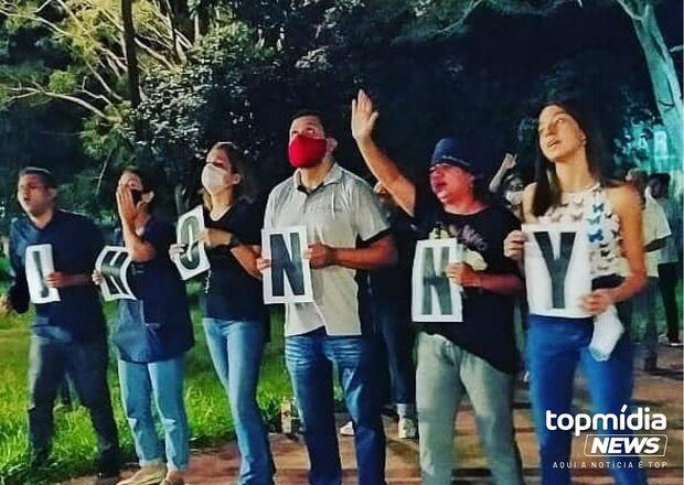 Vídeo: médico em estado grave recebe orações diárias em frente a hospital de Campo Grande
