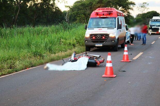 Motociclista perde controle e morre atropelado por carreta na BR-376