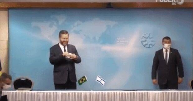 Ministro de Bolsonaro leva pito por não usar máscara em evento em Israel