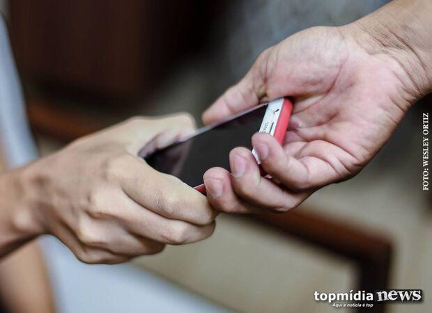 Pedreiro e adolescente são flagrados após diversos roubos de celulares na Vila Margarida