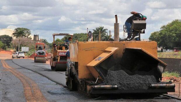Prefeitura retoma reconstrução do asfalto da Ernesto Geisel