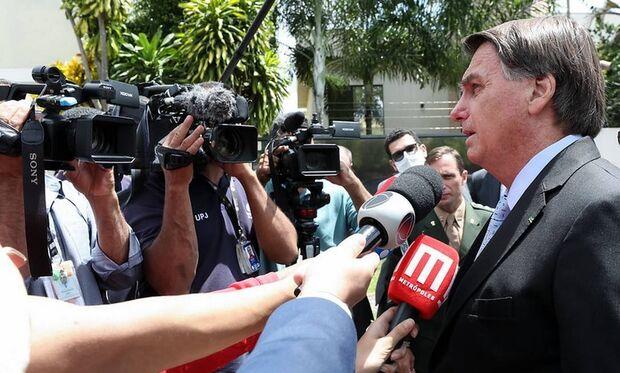 Bolsonaro confirma que doses da vacina Pfizer chegam em abril
