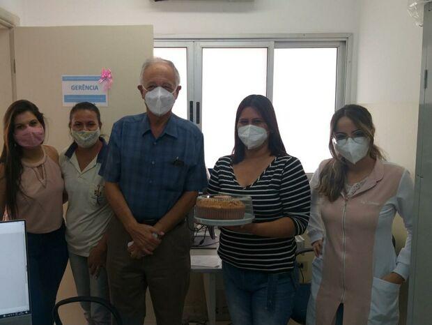 Paciente presenteia profissionais de UBSF para agradecer atendimento