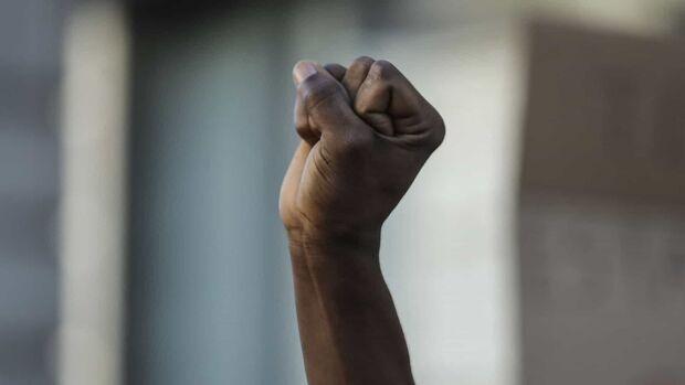 Racismo: funcionária é chamada de 'macaca' e sai no tapa com colega