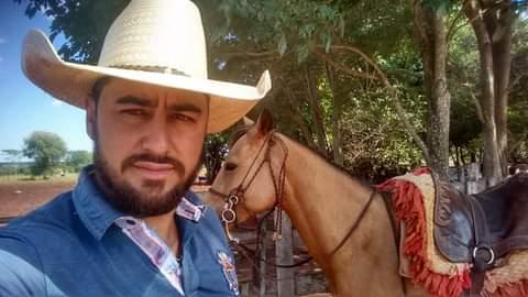 Domador de cavalo morre após bater moto em cerca de arame em MS