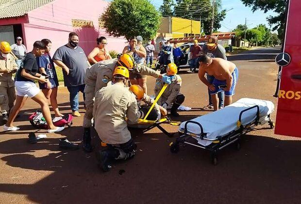 Motociclista é socorrido em estado grave após ser atingido por carro
