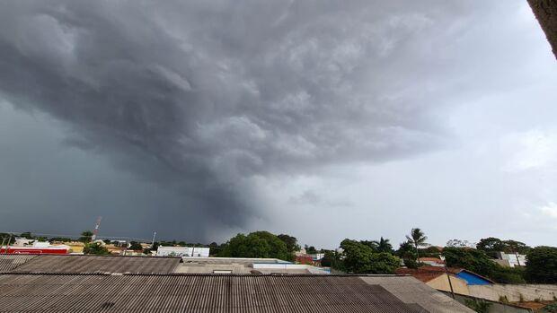 Com alerta para tempestades, chuva diminui calor em Campo Grande